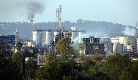 La planta d'IQOXE a la Canonja, al Tarragonès, on dimarts es va produir una explosió, amb els raigs d'aigua dels Bombers.