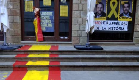 Pinten la bandera espanyola i pengen un cap de porc a la seu d'ERC de Solsona