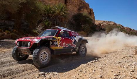 Carlos Sainz pilota el seu vehicle durant la desena etapa del Dakar, que finalitza demà.