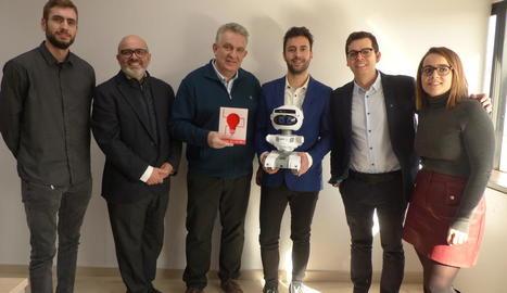 Jaume Saltó (tercer per l'esquerra), i membres de l'empresa que han treballat en el projecte, amb el robot ahir després de rebre el premi.