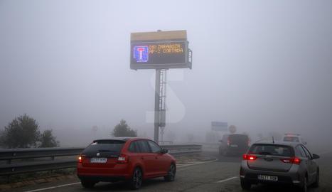 L'autopista, tallada per boira a Lleida en una imatge d'arxiu.