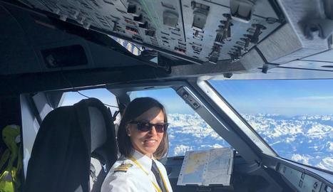 La lleidatana Gisela Armengol Roselló, a la cabina d'un dels avions de Vueling que ha pilotat.