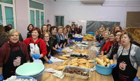 Integrants de l'Associació de Mestresses de Casa d'Alcarràs al preparar els entrepans, ahir.