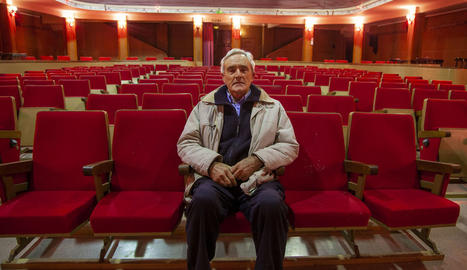 Simó Flotats, actual responsable del cine de Tornabous, a la històrica sala de l'Urgell.