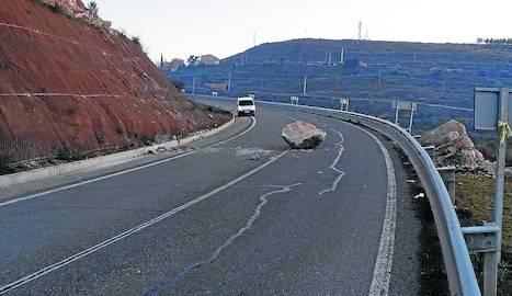 Una allau de roques talla més de dos hores la carretera de Castelldans