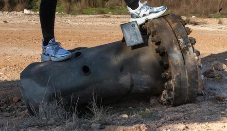 Una peça de la fàbrica, d'una tona, que es va trobar en un descampat a 600 metres de distància.