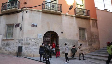 Alumnes del Cervantes al sortir ahir de la seu del centre a Cavallers.