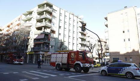 Efectius dels serveis d'emergències ahir a l'habitatge afectat a l'avinguda de les Garrigues.