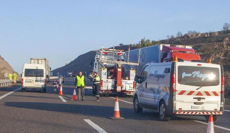 La circulació de l'A-2 en direcció a Lleida va estar tallada totalment durant mitja hora.