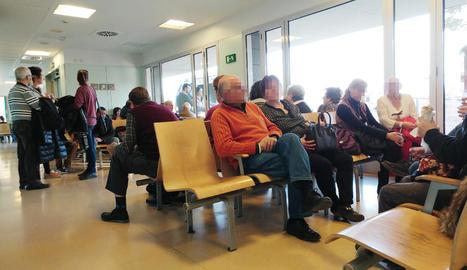 Pacients esperen a la sala del Servei d'Urgències.