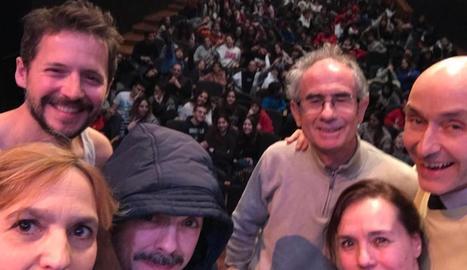 Sessió escolar - Els cinc actors de la companyia, amb l'escriptor Pep Coll, ahir al matí al Teatre de l'Escorxador, on van oferir una funció de Terra de voltors davant d'alumnes d'institut, a l'espera de l'estrena el proper dia 31.