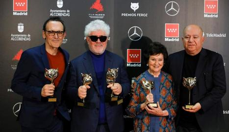 Alberto Iglesias, Pedro Almodóvar, Julieta Serrano i Agustín Almodóvar, amb els premis.