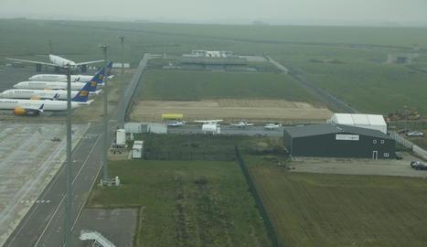 Imatge dels moviments de terra per construir el nou hangar a l'aeroport d'Alguaire.