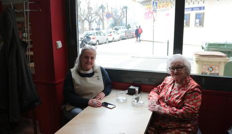 Lidia i Miracle, prenent un cafè durant una de les sortides.