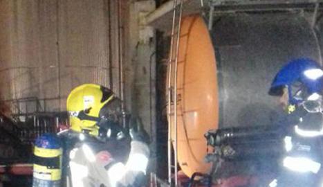 Els bombers durant les tasques de transvasament del gas.