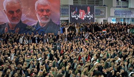 """Milers de persones van assistir al sermó de l'aiatol·là Ali Khamenei clamant """"mort als Estats Units""""."""
