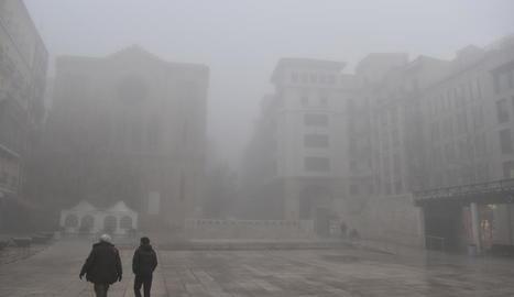 La densa boira va tornar a ser protagonista ahir fins al migdia a Lleida ciutat.