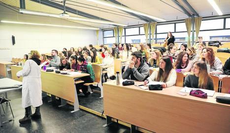 Alumnes assisteixen a una classe de Medicina a la facultat de la Universitat de Lleida (UdL).