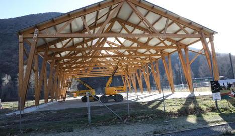 Acaben la coberta de fusta de la pista esportiva de Rialp