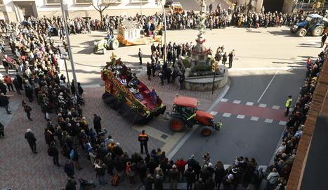 Una de les vuit carrosses, fent ahir una de les seues tres voltes a la Creu dels Tres Tombs durant la desfilada