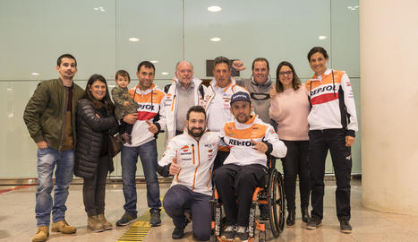 Jaume Betriu, amb la seua parella, Laia Sanz, va ser rebut a l'aeroport per familiars i amics.