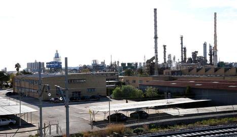 Pla general de la planta d'IQOXE, que dimarts passat va patir una explosió química.