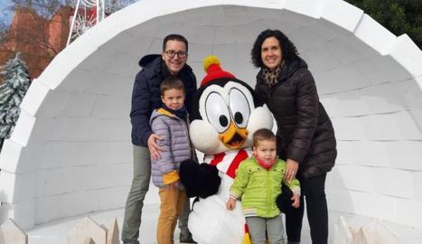 En Blai es va divertir a PortAventura amb els seus pares, Sílvia i Manel i el seu germà Eloi.