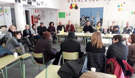 Una vintena de persones van visitar el barri i van participar en diàleg a l'Escola Cervantes.