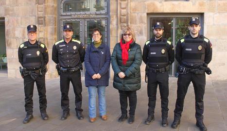 Autoritats locals, amb agents lluint el nou uniforme.