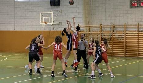 Una acció del partit entre el CB Lleida i el Femení Maresme.