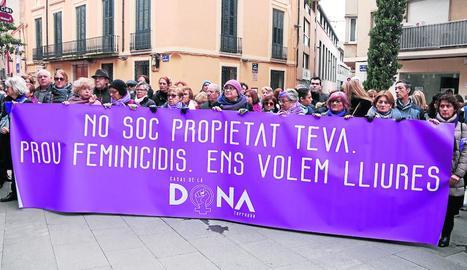 Concentració ahir a Terrassa contra la violència masclista en solidaritat amb la dona assassinada.