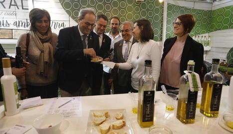 El president de la Generalitat, Quim Torra, degustant oli en un dels estands de la Fira de l'Oli.