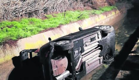 Cau un cotxe a un canal
