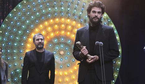 Xavi Font, a la gala, darrere d'Oliver Laxe, director de 'Lo que arde'.