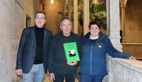 L'autor, amb el president i la vicepresidenta de la Diputació.