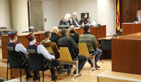 Els tres condemnats (primera fila) i els altres dos acusats (segona fila), ahir a l'Audiència.