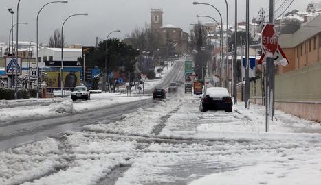 Les platges de Salou, com moltes del litoral català, van quedar tancades ahir com a mesura de prevenció. A la dreta, un carrer de Castalla (Alacant), cobert per la neu.