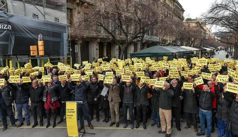 Prop de 200 representants de 71 entitats esportives es van concentrar ahir davant la conselleria d'Economia a Barcelona.