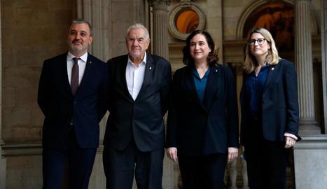 Representants del Govern i dels comuns, ahir, durant la firma de l'acord pressupostari.