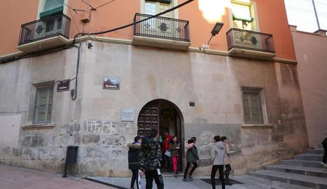 Alumnes sortint divendres passat de l'edifici del carrer Cavallers del col·legi Cervantes.