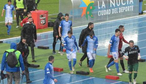 Els jugadors i tècnics del Lleida es retiren al vestidor diumenge passat després de la suspensió.