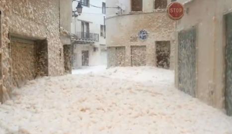 VÍDEO | Escuma marina inunda carrers de Tossa de Mar propers a la platja