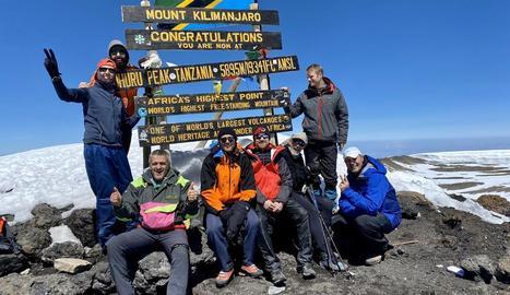 Els vuit membres del Centre Excursionista de Lleida al pic Uhuru, el més alt del Kilimanjaro.