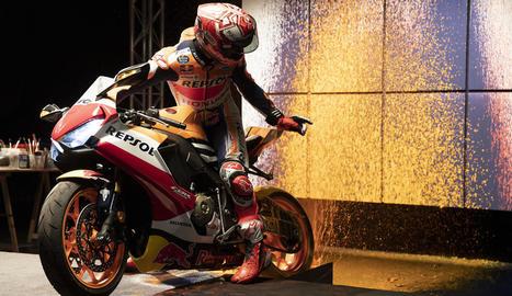 Marc Márquez pinta vuit quadres amb la roda de la moto