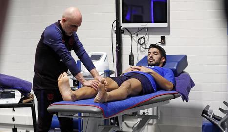 Luis Suárez va iniciar ahir la recuperació després de ser intervingut al genoll dret.