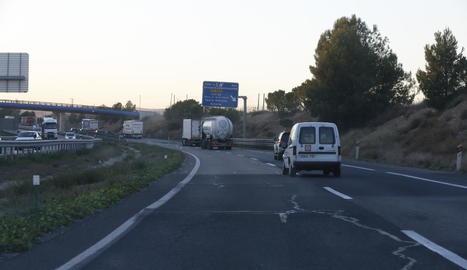Imatge d'arxiu d'esquerdes a l'A-2 al seu pas per Lleida.