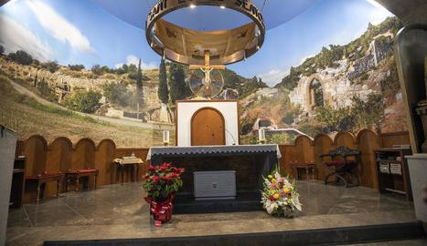Un gran muntatge fotogràfic cobreix la zona del presbiteri del santuari del Carme de Tàrrega.