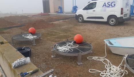 Els treballs a la bassa d'Alfés per instal·lar el sistema per injectar aire comprimit a l'aigua.
