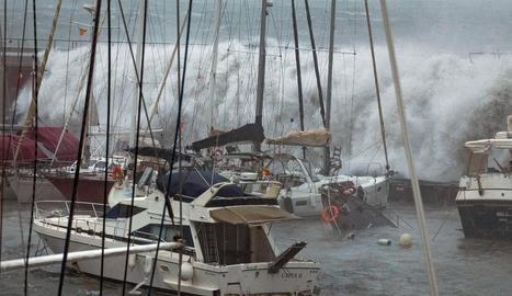 L'escuma de mar es va apropiar dels carrers a Tossa.