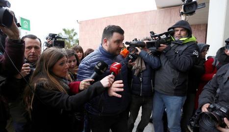 El pare de Julen envoltat de periodistes a la seua arribada al jutjat.